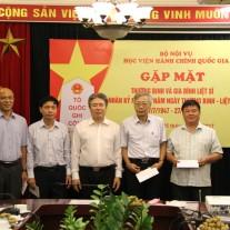 TS. Đặng Xuân Hoan  tặng quà các thương binh và thân nhân liệt sĩ