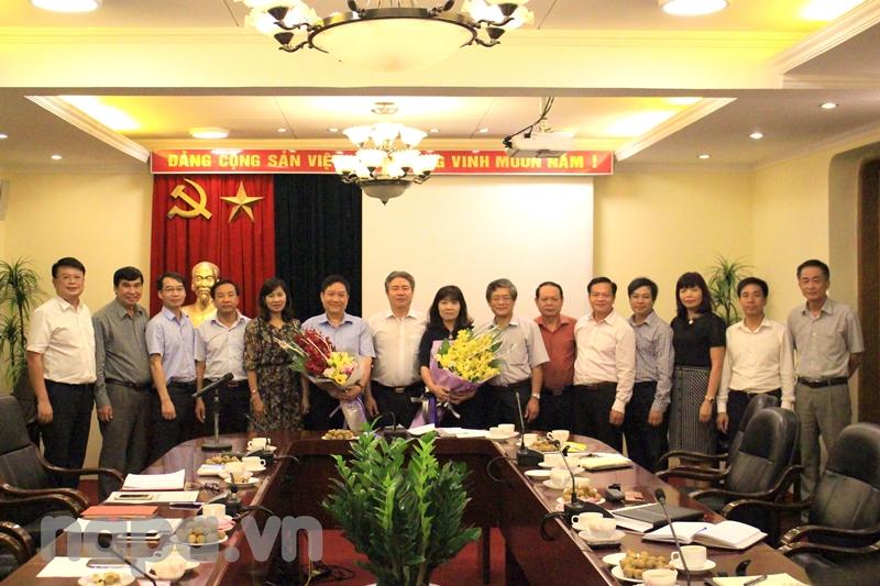 Ban Chấp hành Đảng bộ và Ban Giám đốc Học viện tặng hoa, chụp ảnh lưu niệm cùng Đồng chí Lê Như Thanh và Đồng chí Lê Thị Vân Hạnh