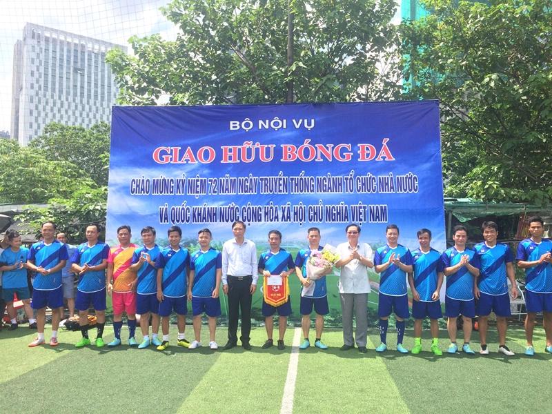 Bộ trưởng Lê Vĩnh Tân trao phần thưởng cho đội Sở Nội vụ Tuyên Quang