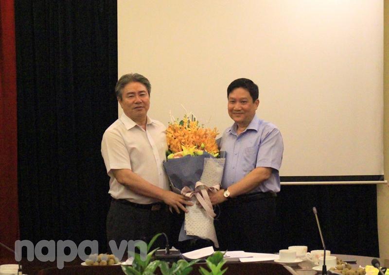 Đồng chí Đặng Xuân Hoan tặng hoa và bày tỏ sự ghi nhận đối với Đồng chí Lê Như Thanh