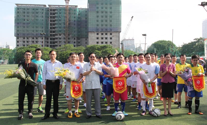 Các đại biểu tặng hoa và cờ lưu niệm cho 04 đội tham gia