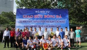Đội bóng của Học viện chụp hình lưu niệm cùng với các đại biểu