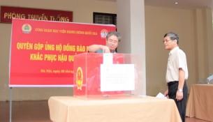 TS. Đặng Xuân Hoan – Giám đốc Học viện và PGS.TS. Lưu Kiếm Thanh – Phó Giám đốc Học viện ủng hộ đồng bào miền Trung