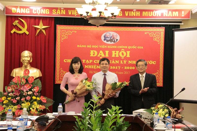 PGS.TS. Lưu Kiếm Thanh - Đảng ủy viên, tặng hoa chúc mừng Chi ủy mới