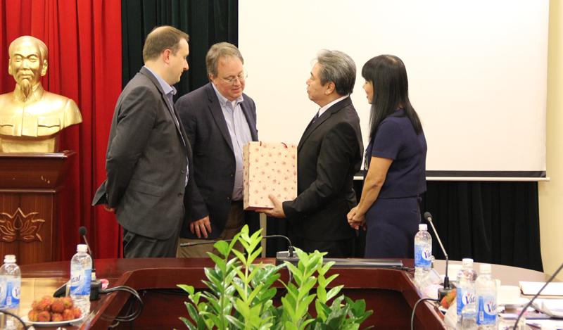 TS. Phạm Đức Chính, Trưởng Khoa Bồi dưỡng Công chức và Tại chức giới thiệu các chương trình đào tạo cán bộ cao, trung cấp của Học viện