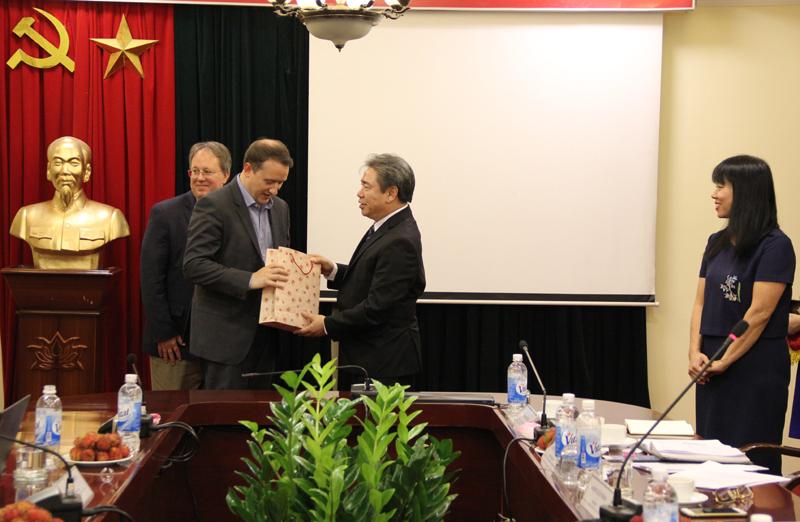 Giám đốc Học viện trao quà lưu niệm cho khách mời quốc tế