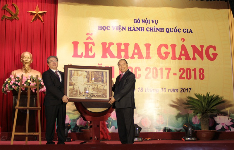 Thủ tướng Chính phủ tặng quà lưu niệm cho Học viện