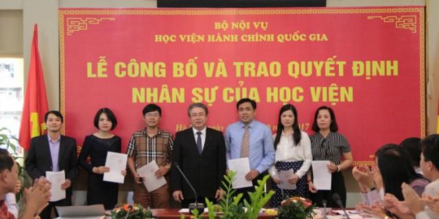 TS. Đặng Xuân Hoan trao quyết định bổ nhiệm đối với các viên chức