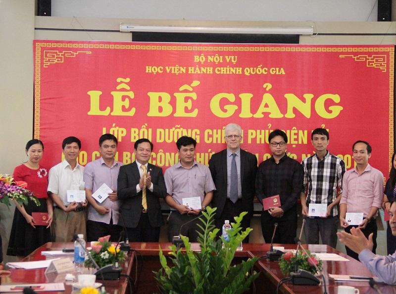 Thừa ủy quyền của lãnh đạo Học viện, TS. Hoàng Quang Đạt trao Chứng chỉ hoàn thành khóa học cho các học viên