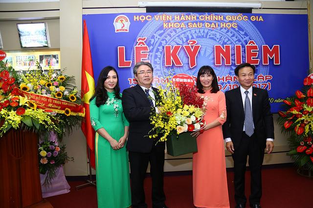 Giám đốc Học viện tặng hoa chúc mừng