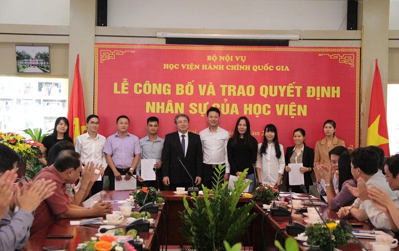 TS. Đặng Xuân Hoan trao quyết định đối với các lao động hợp đồng