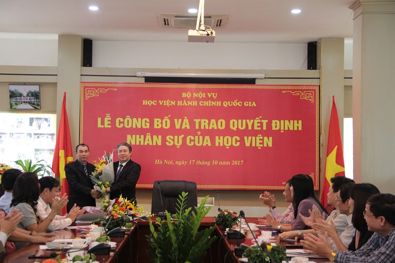 Đại diện viên chức được bổ nhiệm và lao động hợp đồng được phân công, sắp xếp tặng hoa cám ơn Giám đốc Học viện