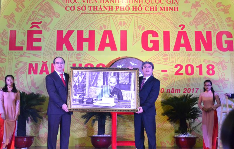 GS.TS. Nguyễn Thiện Nhân trao tặng ảnh chân dung Chủ tịch Hồ Chí Minh cho TS. Đặng Xuân Hoan
