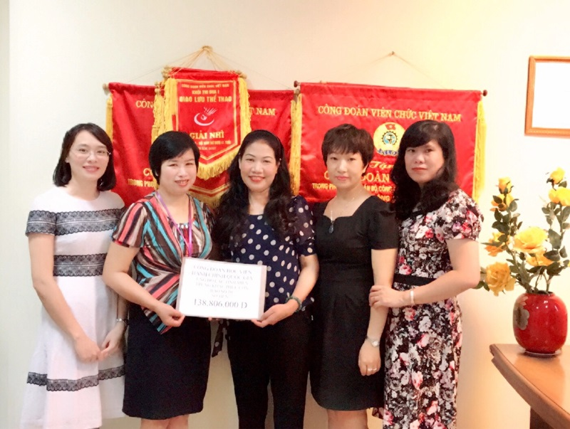 Công đoàn Học viện trao tặng số tiền quyên góp, ủng hộ cho Công đoàn Bộ Nội vụ
