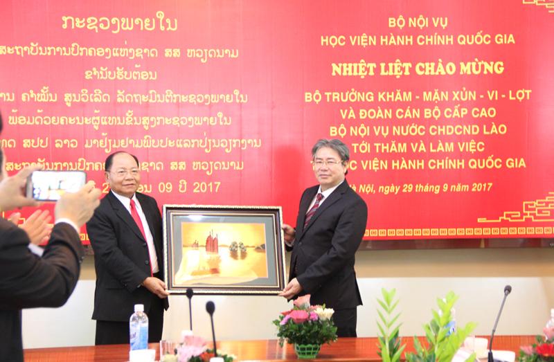 Giám đốc Học viện và Bộ trưởng nước CHDCND Lào trao quà lưu niệm