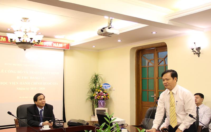 Thay mặt Đảng ủy và toàn thể đảng viên trong Đảng bộ Học viện, Đồng chí Hoàng Quang Đạt chúc mừng và gửi tặng lẵng hoa tươi thắm tới đồng chí Đặng Xuân Hoan