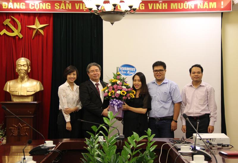 Các đơn vị trực thuộc tặng hoa chúc mừng Tân Bí thư Đảng ủy Học viện