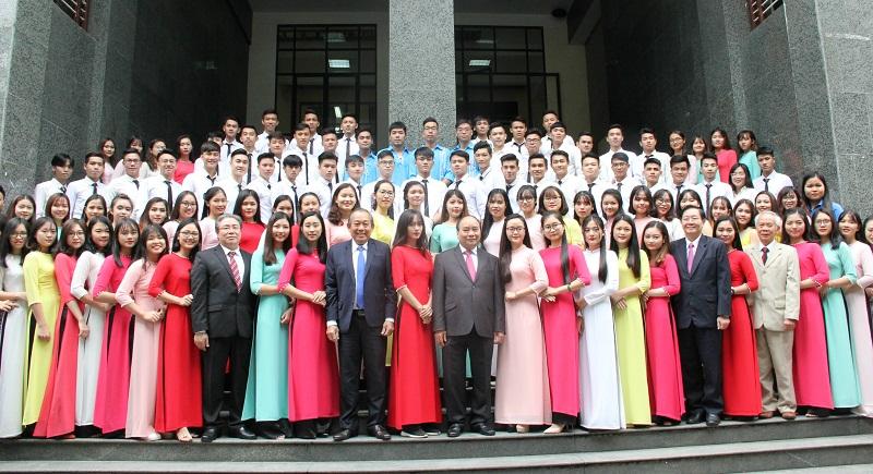 Thủ tướng Chính phủ chụp ảnh lưu niệm cùng các em sinh viên