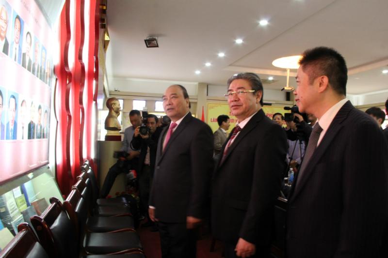 Thủ tướng Nguyễn Xuân Phú làm việc tại phòng truyền thống của Học viện