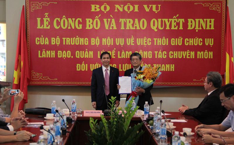 Thứ trưởng Bộ Nội vụ Triệu Văn Cường trao quyết định cho PGS.TS. Lưu Kiếm Thanh