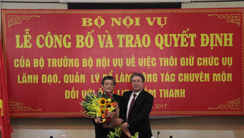 Giám đốc Học viện Đặng Xuân Hoan tặng hoa chúc mừng PGS.TS. Lưu Kiếm Thanh