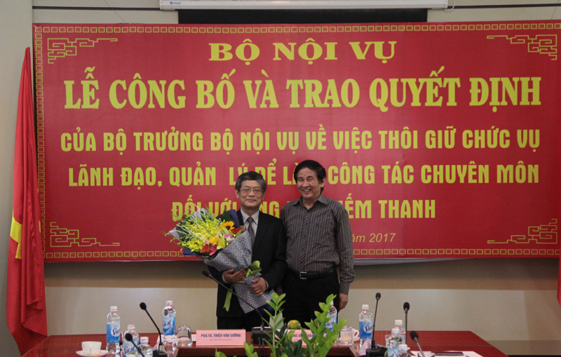Các các nhân, đơn vị, khoa ban trong Học viện gửi tặng hoa chúc mừng PGS.TS. Lưu Kiếm Thanh