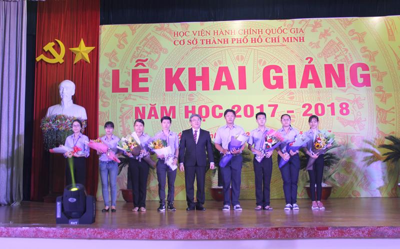Giám đốc Học viện biểu dương, khen thưởng cho các tân sinh viên đạt thủ khoa, á khoa K18