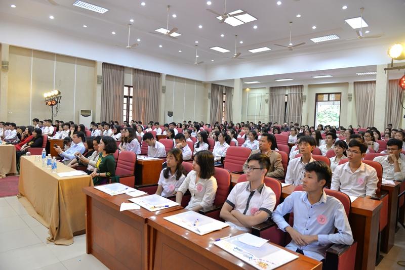 Các thầy cô đại biểu và các thí sinh tham dự cuộc thi