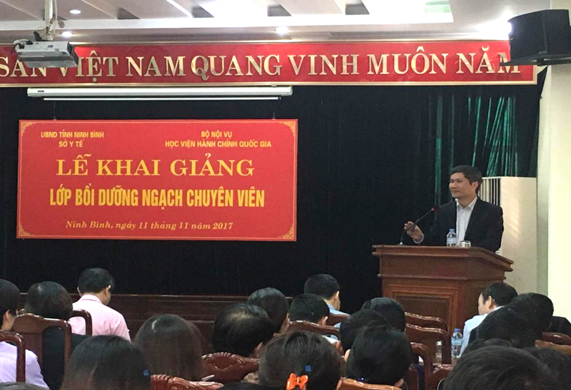 ThS. Dương Quốc Chính - Phó Trưởng phòng Quản lý Khoa học và Đào tạo, Viện Nghiên cứu Khoa học Hành chính công bố các quyết định liên quan đến lớp học