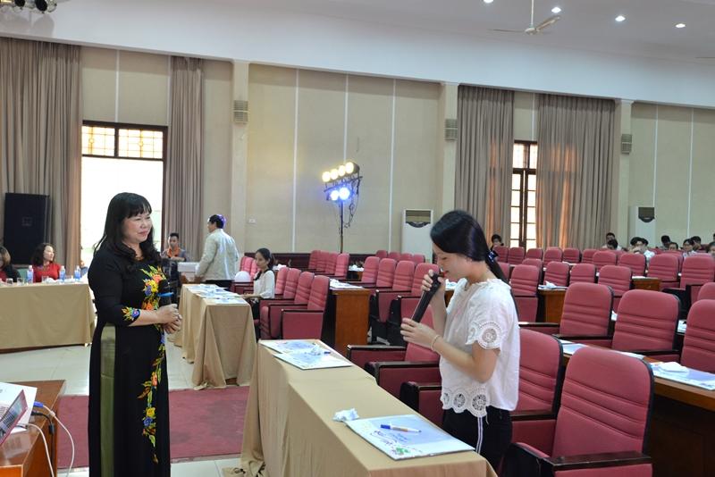 PGS.TS. Lê Thiên Hương lắng nghe câu trả lời hùng biện của thí sinh