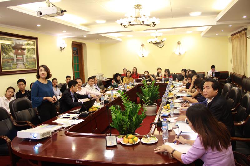 TS. Nguyễn Thị Quyên - Phó Cục trưởng Cục Việc làm, Bộ Lao động, Thương Binh và Xã hội trình bày tại Tọa đàm