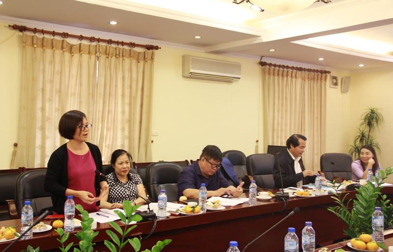 Cô Nguyễn Thị Hương - Giảng viên khoa QLNN về xã hội trình bày ý kiến tại Tọa đàm