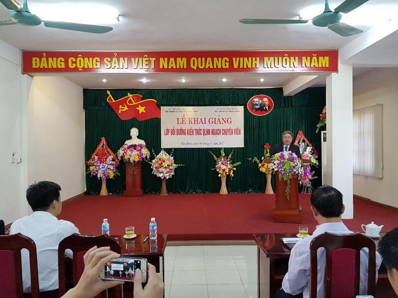 TS. Đặng Xuân Hoan, Bí thư Đảng ủy, Giám đốc Học viện Hành chính Quốc gia phát biểu khai giảng lớp học