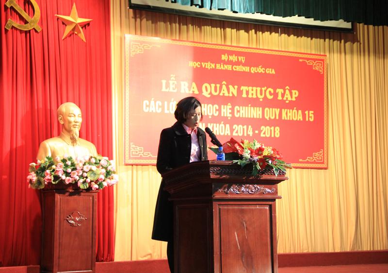 ThS. Lý Kim Bình công bố lý do, giới thiệu đại biểu tới dự buổi Lễ ra quân thực tập của sinh viên đại học chính quy KH15