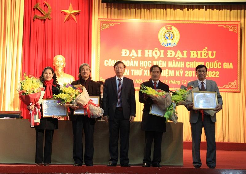 Thừa ủy quyền của Chủ tịch Công đoàn Viên chức Việt Nam, đồng chí Thái Quang Toản trao Bằng khen cho 5 cá nhân của Học viện