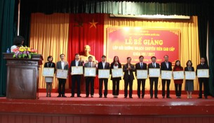 TS. Hoàng Quang Đạt trao Giấy khen và Chứng chỉ cho các học viên đạt thành tích cao