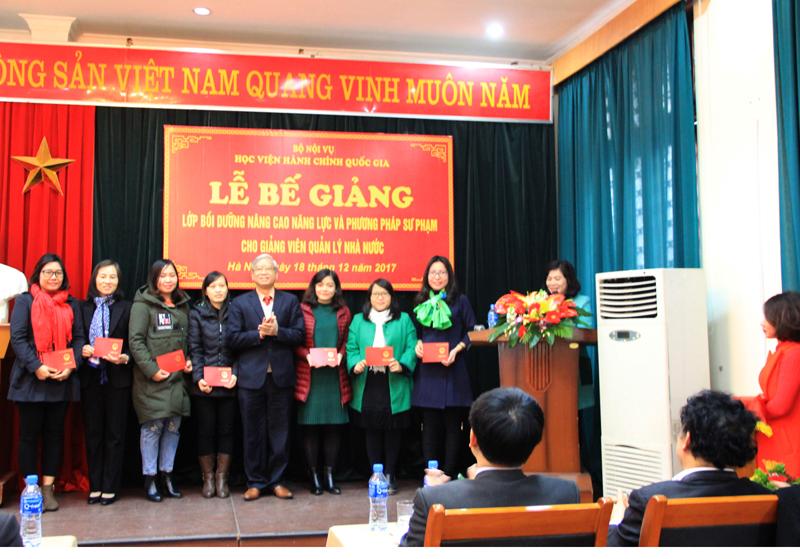 NGƯT.TS. Vũ Thanh Xuân trao chứng chỉ cho các học viên
