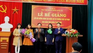 TS. Hoàng Quang Đạt - Trưởng Khoa Đào tạo, bồi dưỡng công chức và tại chức trao Chứng chỉ cho các học viên