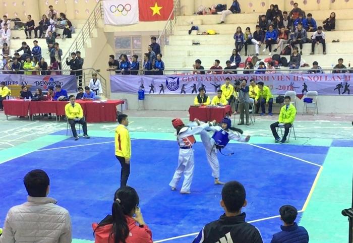 Vận động viên Trịnh Thanh Lam (giáp xanh) thi đấu đầy kịch tích với đối thủ đến từ Học viện An ninh Nhân dân