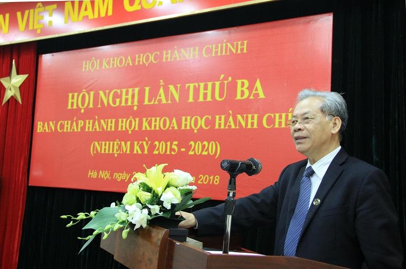 TS. Thang Văn Phúc - Phó Chủ tịch kiêm Tổng Thư ký Hội Khoa học Hành chính trình bày Dự thảo Báo cáo kết quả hoạt động của Hội năm 2017 và phương hướng hoạt động năm 2018