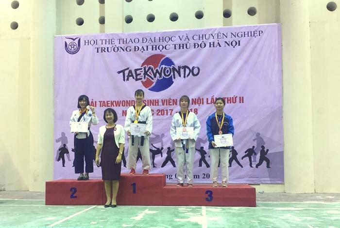 Ban Tổ chức trao huy chương vàng cho vận động viên Trịnh Thanh Lam