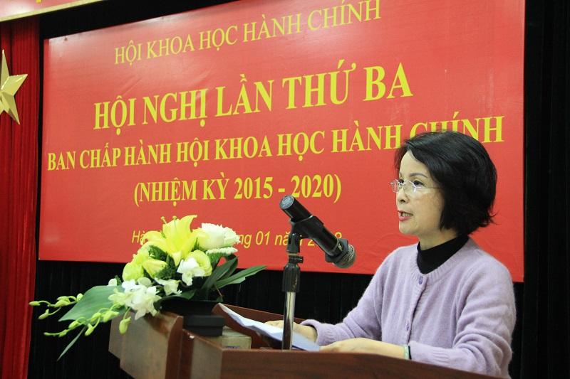 PGS.TS. Lê Chi Mai – Viện trưởng Viện Khoa học Hành chính và Chính sách công báo cáo kết quả hoạt động của Viện