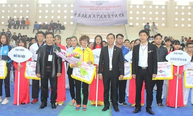 Ban Tổ chức Giải tặng hoa và cờ lưu niệm cho các đoàn tham gia Giải