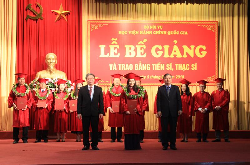 Thứ trưởng Bộ Nội vụ và Giám đốc Học viện trao bằng cho các tân tiến sĩ