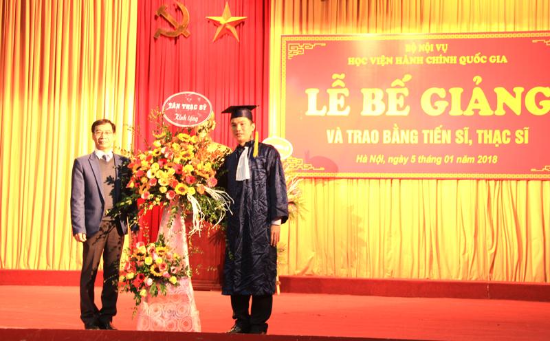 Đại diện tân tiến sĩ, tân thạc sĩ tặng hoa lưu niệm đến Lãnh đạo Học viện