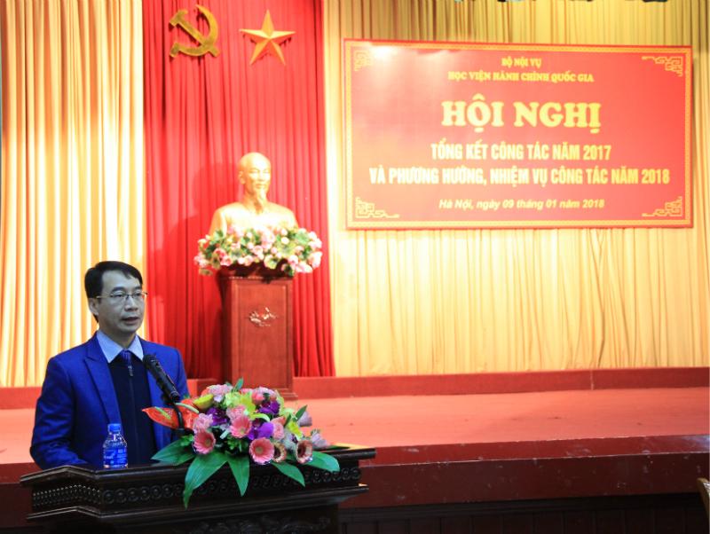 PGS.TS. Lương Thanh Cường - Phó Giám đốc Học viện trình bày Báo cáo tóm tắt Tổng kết công tác năm 2017 và Phương hướng, nhiệm vụ năm 2018 của Học viện Hành chính Quốc gia