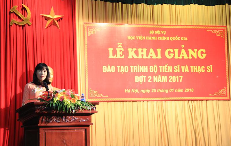 TS. Hoàng Mai - Phó trưởng khoa Sau Đại học trình bày Báo cáo công tác tuyển sinh đào tạo trình độ tiến sĩ và đào tạo trình độ thạc sĩ