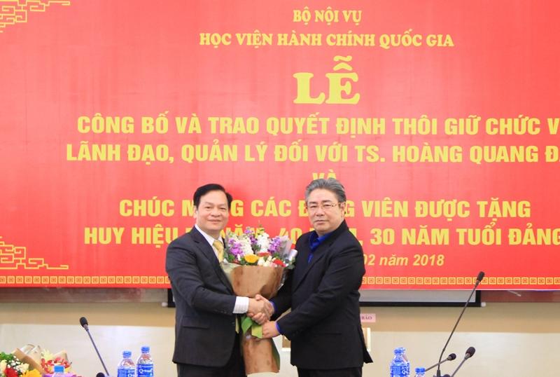 Đồng chí Triệu Văn Cường và Đồng chí Đặng Xuân Hoan tặng hoa chúc mừng Đồng chí Hoàng Quang Đạt được tặng thưởng Huy hiệu 40 năm tuổi Đảng