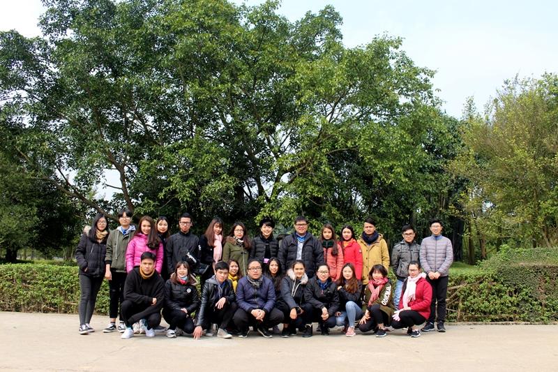 Đoàn chụp ảnh lưu niệm tại gốc đa Tân Trào