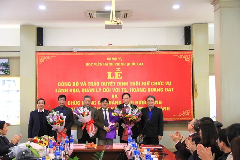 Đồng chí Triệu Văn Cường và Đồng chí Đặng Xuân Hoan tặng hoa chúc mừng các Đồng chí được tặng thưởng Huy hiệu 30 năm tuổi Đảng